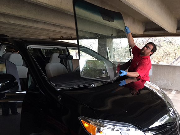 Removing-Old-Windshield-Safelite